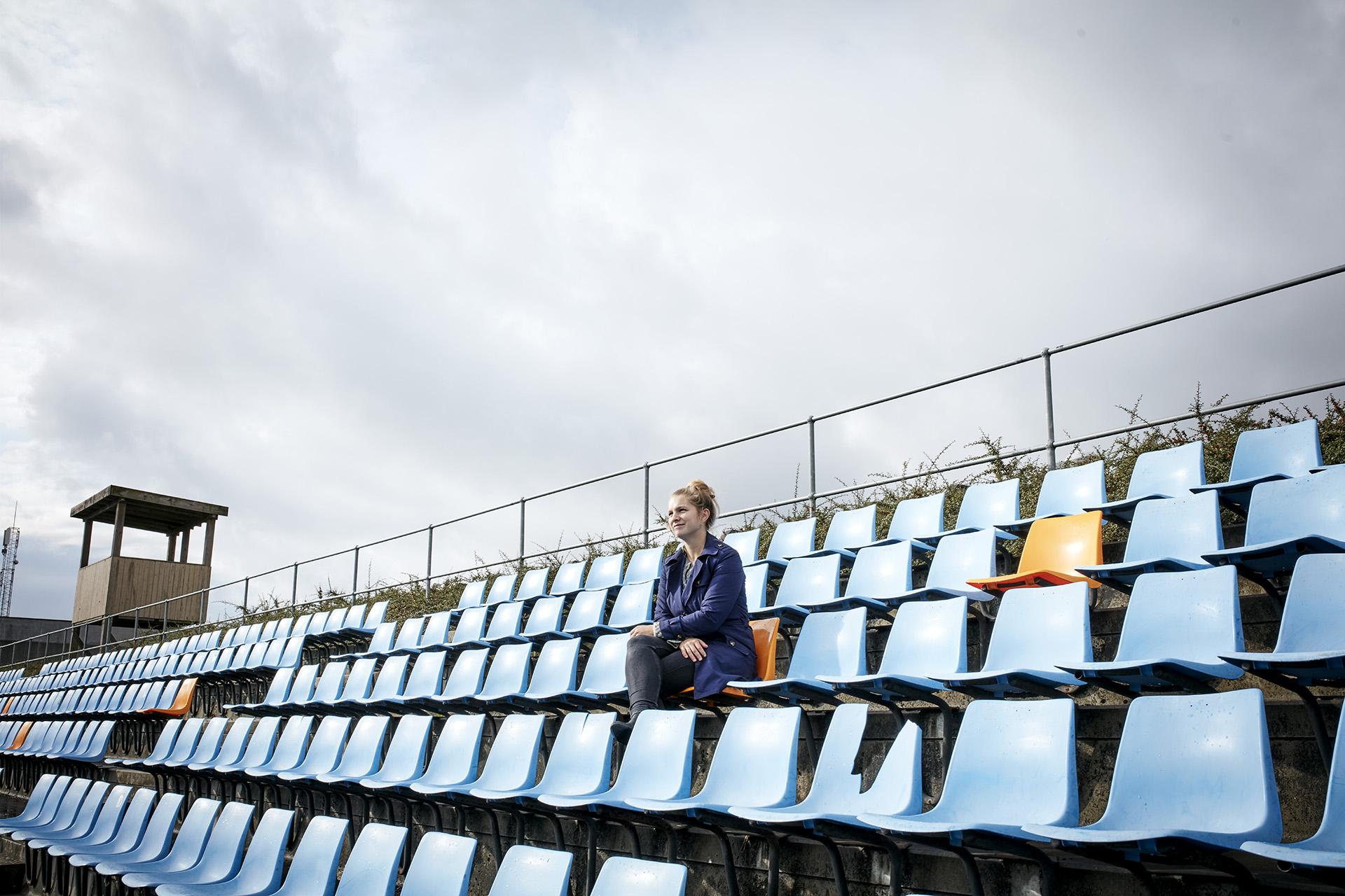 Karen Bay Lindkvist arbejder som byplanlægger i Brøndby kommune. Hun er i færd med at omdanne en parkeringsplads ved Brøndby Stadion til en levende sportsby.